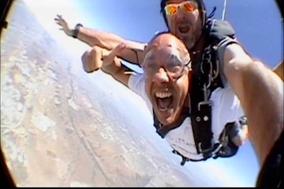 Me empujaron de un avión a 11.000 pies de altura… y ¡Sobreviví!